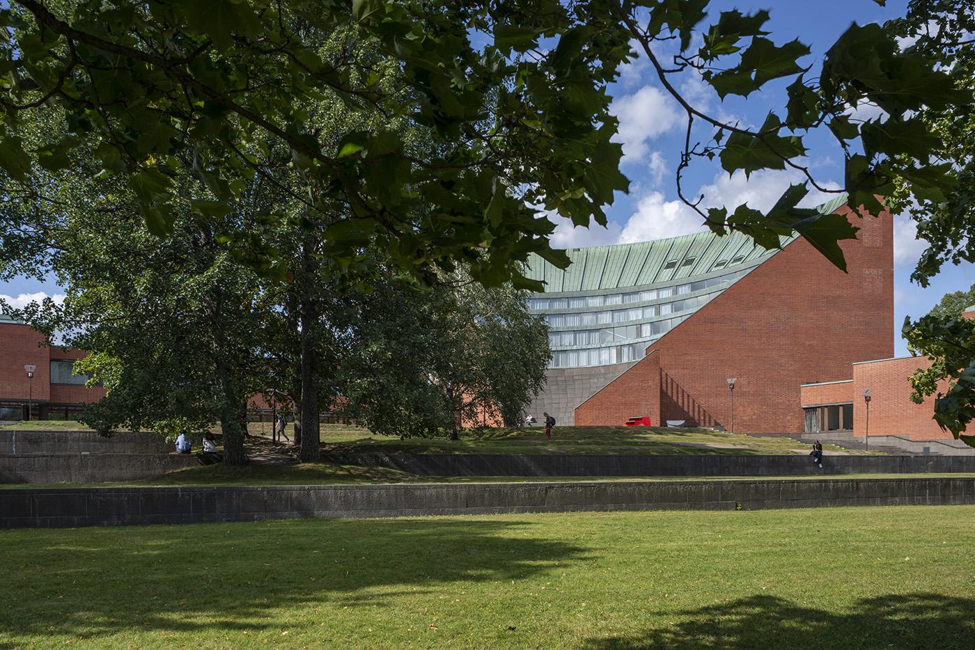 Kesäinen värikuva avaa vehreän näkymän Alvar Aallon yliopistokampukselle Otaniemessä