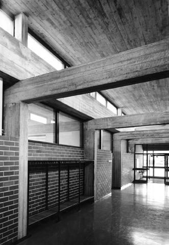 Interiöörikuva Chydeniuksen kansakoulusta. Kuvassa näkyy rakennuksen betonirakenteet.