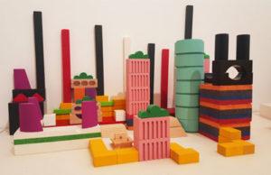 Lähikuva Arkkitehtuurimuseon A&=-huoneessa olevista rakennuspalikoista, joista voi rakentaa taloja ja kaupunkeja