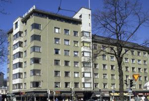 Kuva Runeberginkadun ja Topeliuksenkadun kulmassa olevasta rakennuksesta.