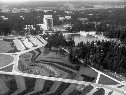 Ilmakuva Tapiolasta. Kuvassa näkyy Tapiolan keskustorni, sen edustalla oleva vesiallas ja kuvioitua nurmialuetta.