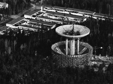 Ilmakuva rakennusvaiheessa olevasta Haukilahden vesitornista.