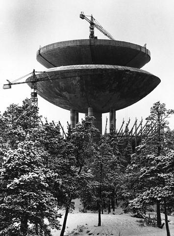 Eksteriöörikuva rakennusvaiheessa olevasta Haukilahden vesitornista.