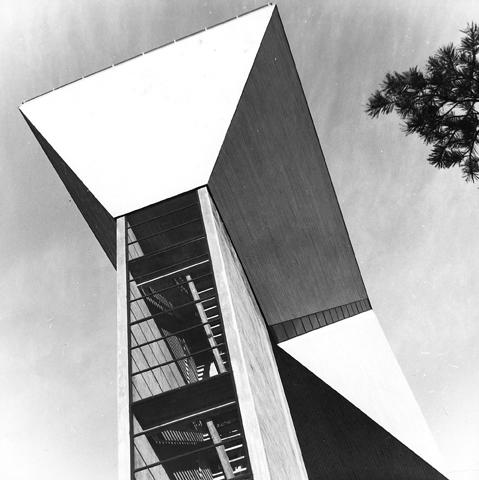 Eksteriöörikuva Järvenpään vesitornista. Kuva on otettu betonirakenteisen vesitornin juurelta ylöspäin.