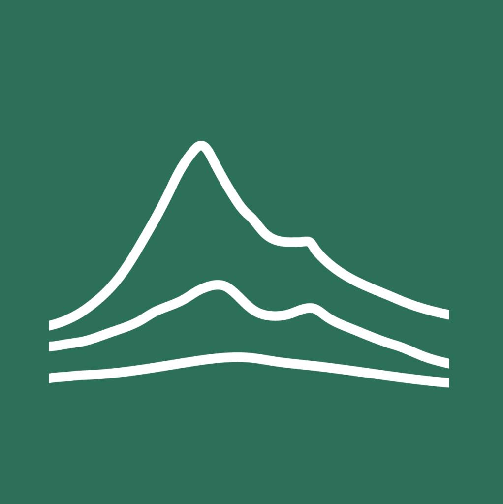 Kolme valkoista vuoristomaista ääriviivaa tummanvihreällä taustalla.