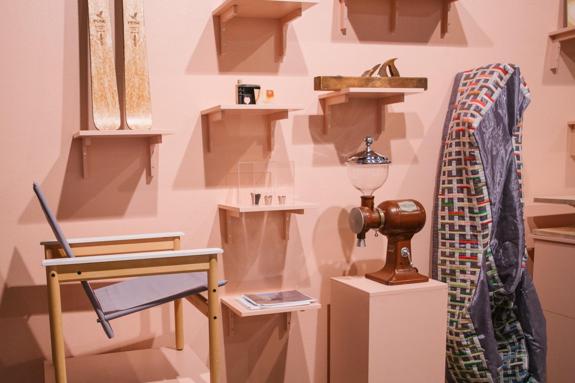 Kuva Katsaus 2020 -näyttelyssä esillä olevista esineistä, jotka arkkitehtitoimistot ovat valinneet edustamaan toimistonsa suunnittelufilosofiaa